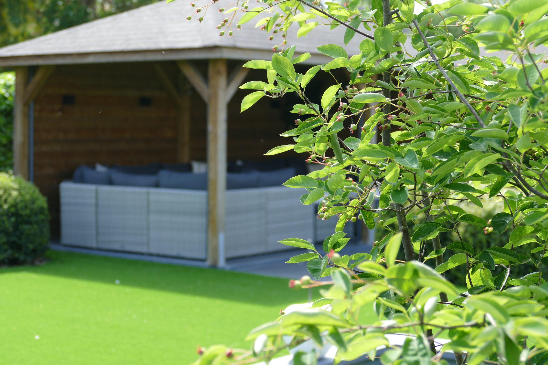 Eiken bijgebouwen geven een moderne tuin een chic uitstraling.